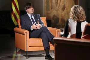 El president Puigdemont, en un moment de l'entrevista amb Mònica Terribas